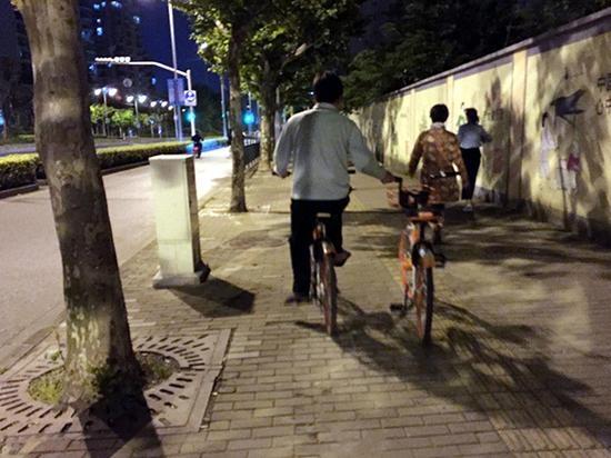 摩拜单车红包猎人:两部手机骑两车 一晚刷百元